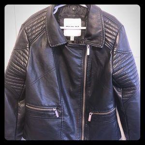 Girls leather-like jacket w-detachable fur.